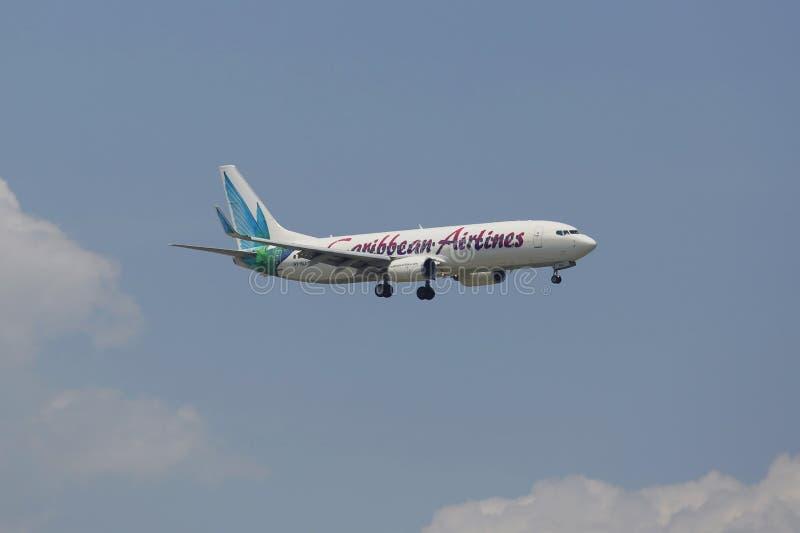 Caribbean Airlines Boeing 737 no céu de New York antes de aterrar no aeroporto de JFK fotografia de stock