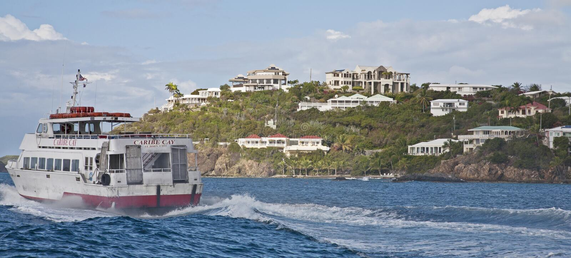 Caribe Cay Ferry en el agua imágenes de archivo libres de regalías