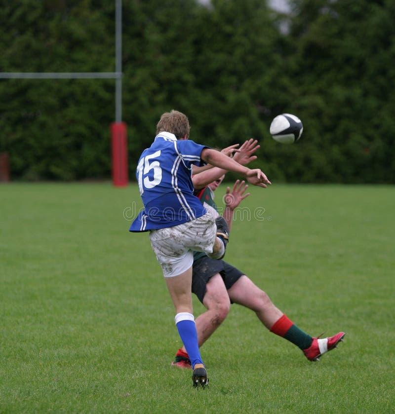Carica di rugby giù. fotografia stock