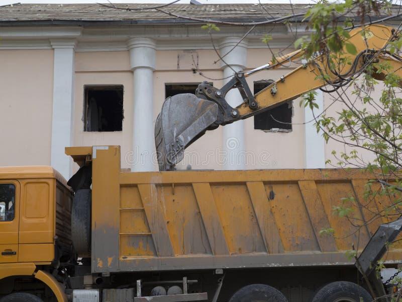 Caricamento dei detriti di costruzione dopo demolizione di una costruzione immagine stock