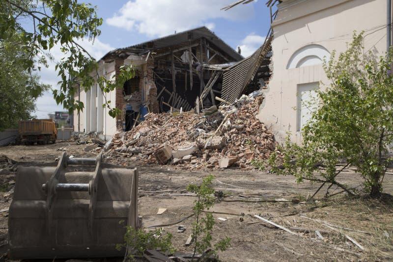 Caricamento dei detriti di costruzione dopo demolizione di una costruzione immagini stock libere da diritti