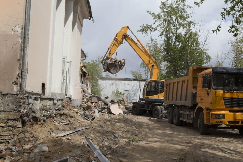 Caricamento dei detriti di costruzione dopo demolizione di una costruzione fotografia stock