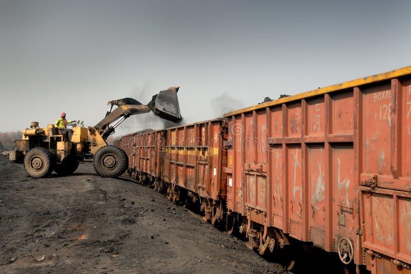 Caricamento del carbone immagini stock libere da diritti