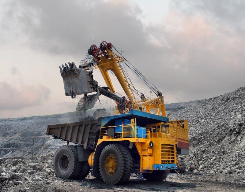 Caricamento del minerale di ferro fotografia stock libera da diritti