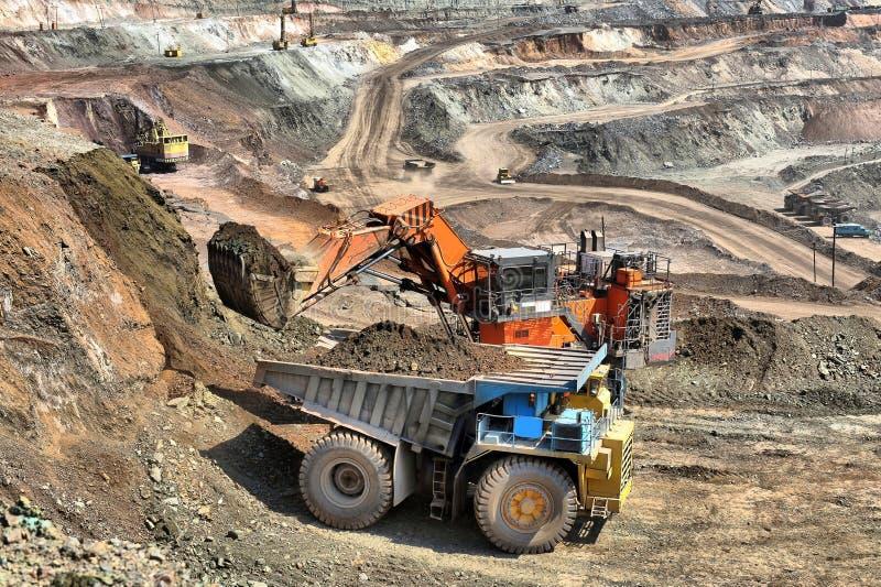 Caricamento del minerale di ferro immagine stock