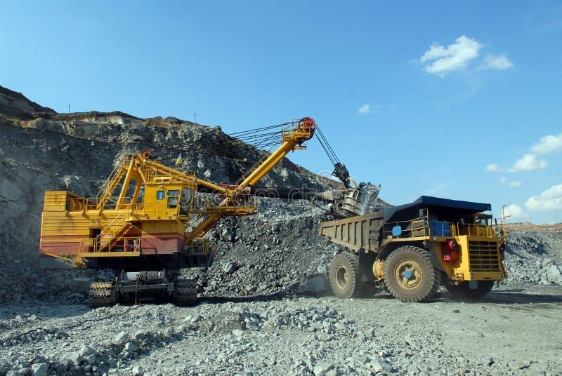 Caricamento del minerale ferroso fotografia stock libera da diritti