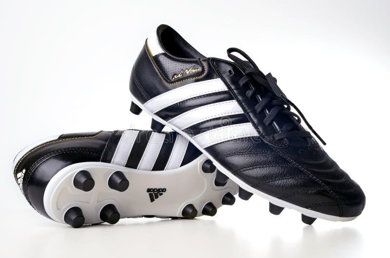 Caricamento del sistema di gioco del calcio di Adidas immagine stock