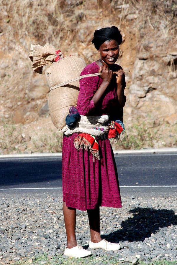 Caricamento di trasporto della donna etiopica immagini stock
