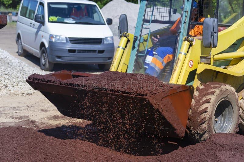Caricatore con asfalto rosso caldo immagine stock libera da diritti