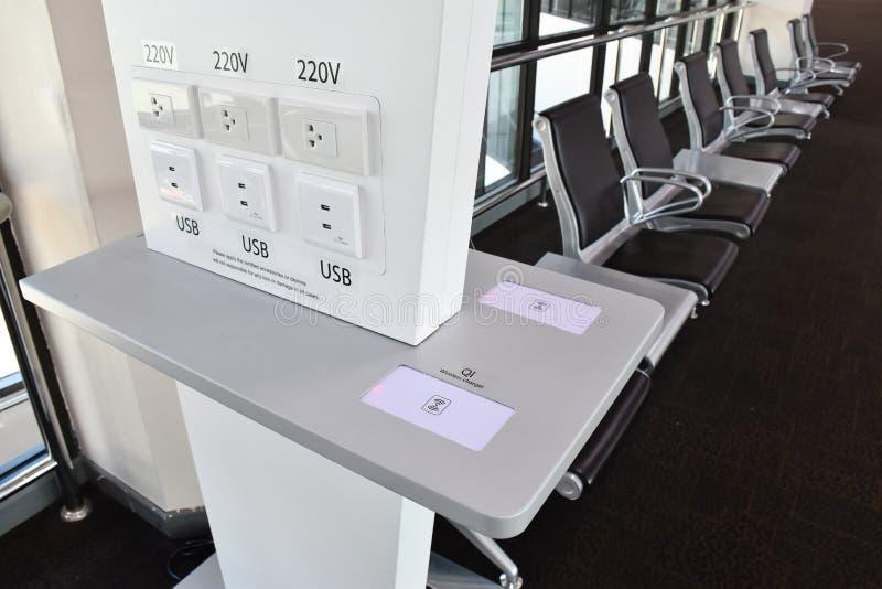 Caricatore libero in terminale del trasporto, molti tipi di carichi, USB, radio, spina fotografie stock