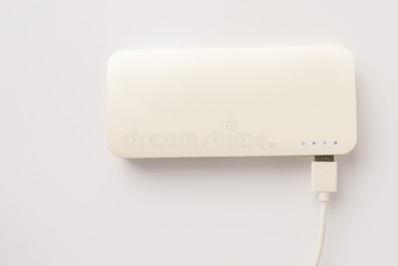 Caricatore portatile su un fondo bianco Banca di potere sulla vista superiore fotografia stock
