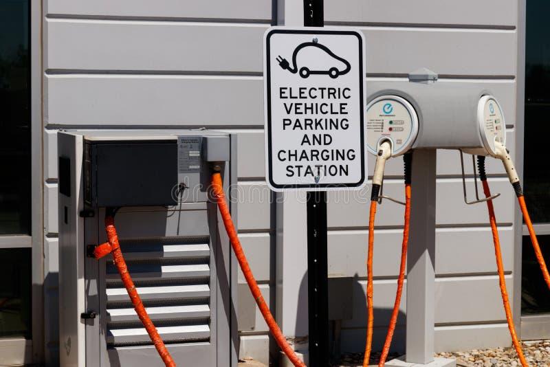 Caricatore rapido del veicolo elettrico a Nissan Car Dealership locale La FOGLIA EV di Nissan ? un veicolo di successo II immagini stock libere da diritti
