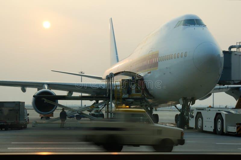 carico dell'aeroplano che carica a fotografia stock libera da diritti