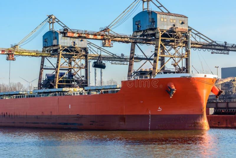 Carico di navi da carico nel porto di Gand, Belgio, nel Mare del Nord fotografia stock libera da diritti