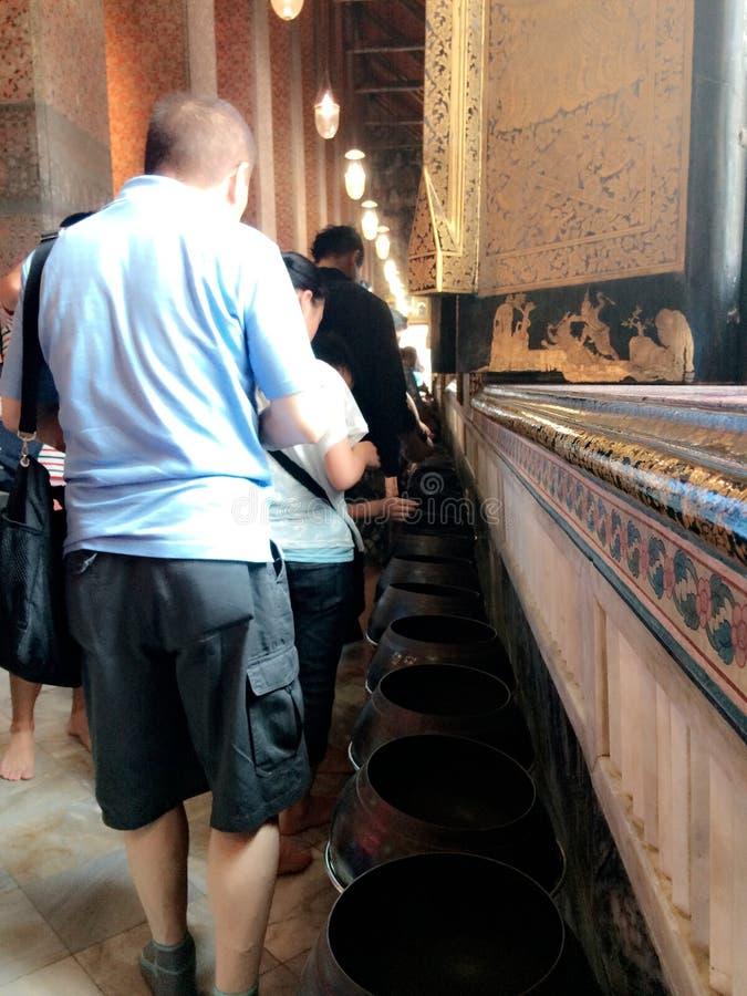 Caridad en templo del pho de Wat fotos de archivo