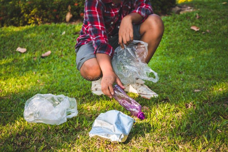 Caridade da recolha de lixo da ajuda do voluntário da criança imagem de stock