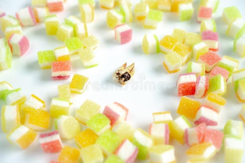 Carie dentaire dans la pile des desserts image libre de droits