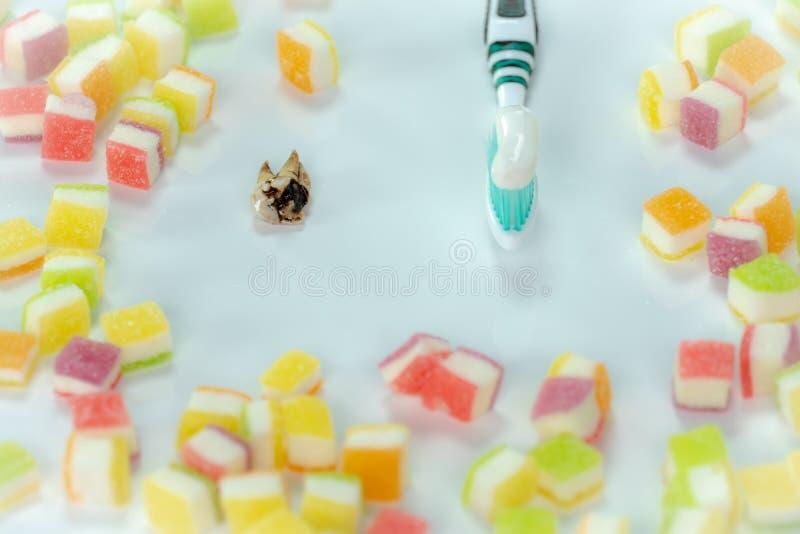 Carie dentaire dans la pile des desserts image stock