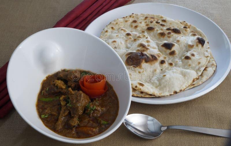 Caril da galinha com pães indianos imagem de stock royalty free