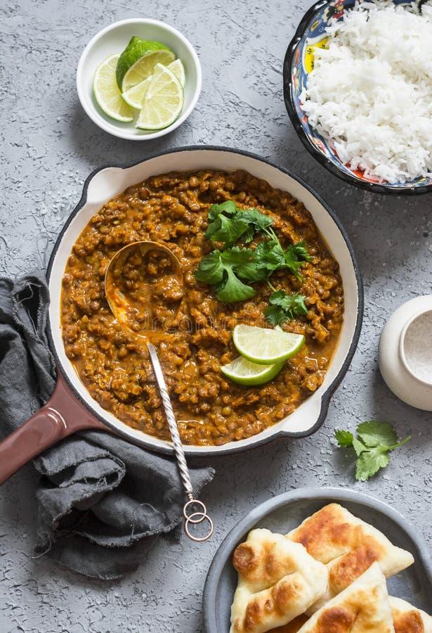 Caril de creme da lentilha do coco, arroz, pão naan - bufete do almoço do vegetariano fotos de stock