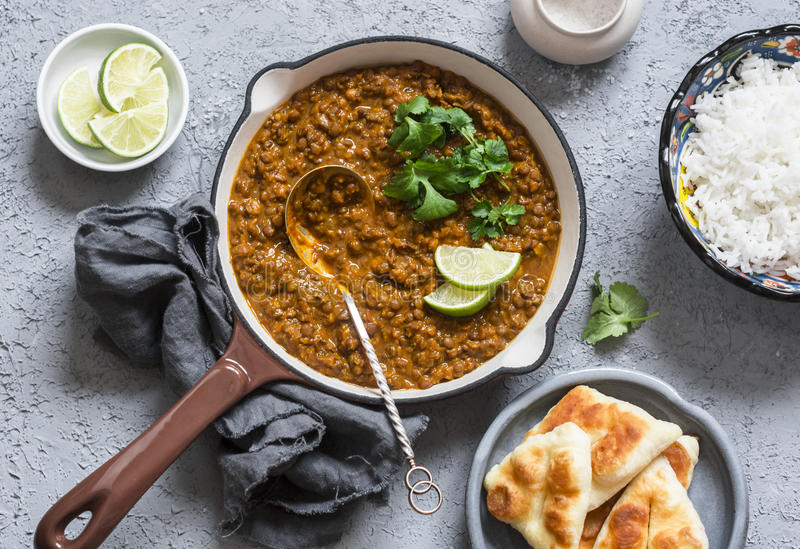 Caril de creme da lentilha do coco, arroz, pão naan - bufete do almoço do vegetariano Vista superior fotografia de stock royalty free