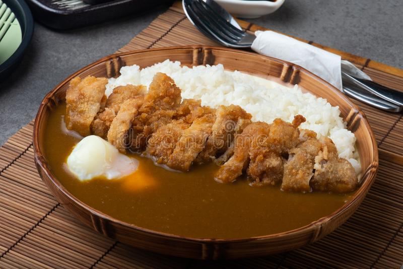 Caril de Katsu; Arroz de caril com carne de porco fritada fotos de stock royalty free