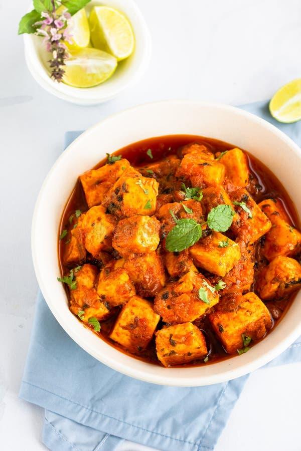 Caril indiano com Paneer/requeijão - alimento do vegetariano, foto vertical do prato lateral foto de stock