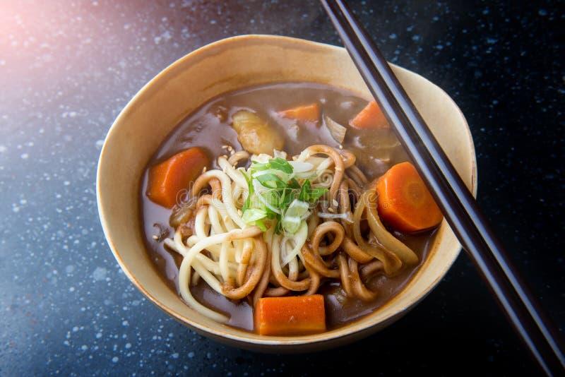 Caril japonês com macarronete do udon imagens de stock royalty free