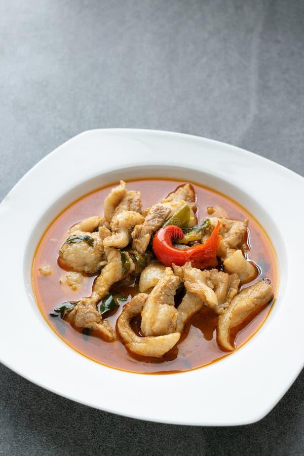 Caril picante com carne de porco no prato branco na tabela Caril de Panang foto de stock royalty free