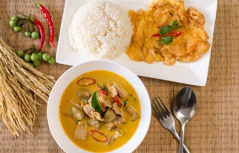 Caril verde delicioso com omeleta da carne de porco e arroz cozinhado, estilo tailandês do alimento fotos de stock