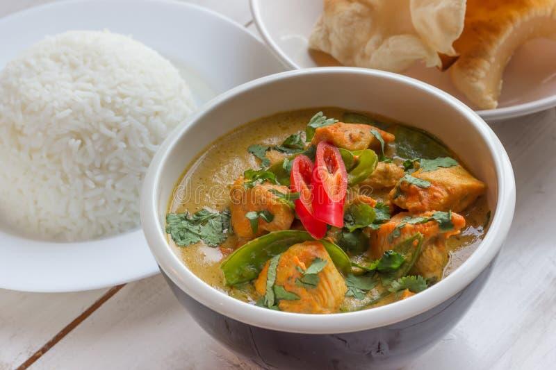 Caril verde indiano com arroz basmati e papadums fotografia de stock