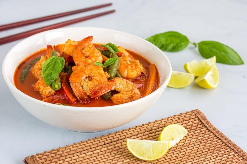 Caril vermelho tailandês com camarão/camarão - alimento tailandês foto de stock