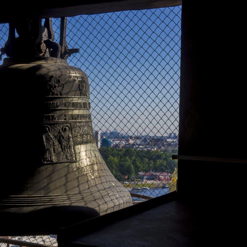 Carillón - campana con el dispositivo mecánico automático de la vibración foto de archivo libre de regalías