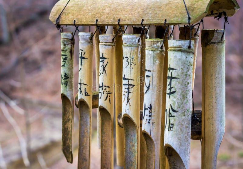 Carillón de viento asiático de bambú fotos de archivo libres de regalías