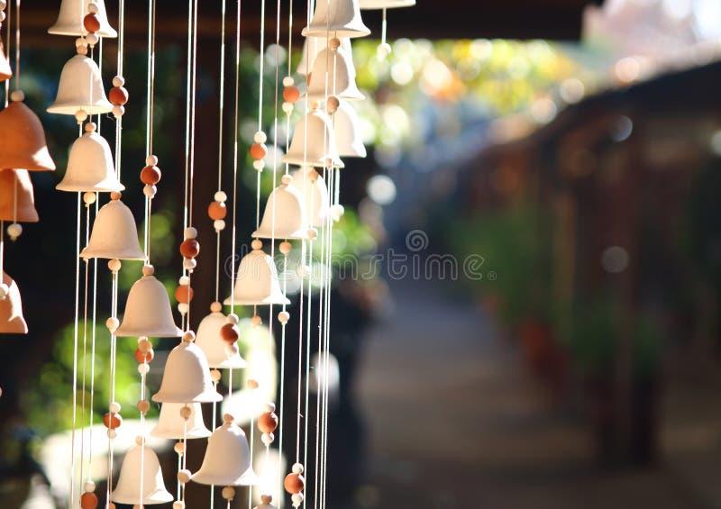 Carillón de viento campanas que cuelgan el ornamento fotos de archivo