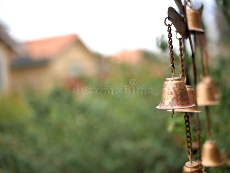 Carillón de viento de la decoración del jardín con Belces de bronce de oro foto de archivo libre de regalías