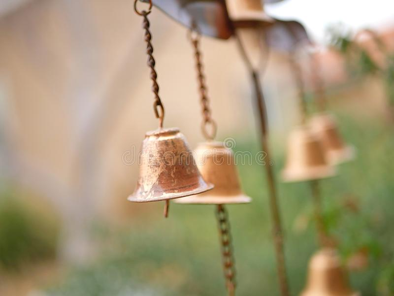 Carillón de viento de la decoración del jardín con Belces de bronce de oro fotografía de archivo