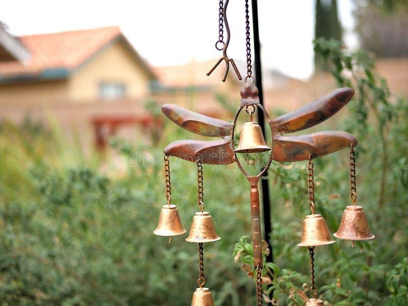 Carillón de viento de la libélula de la decoración del jardín con Belces de bronce de oro fotos de archivo libres de regalías