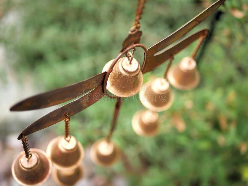 Carillón de viento de la libélula de la decoración del jardín con Belces de bronce de oro fotografía de archivo