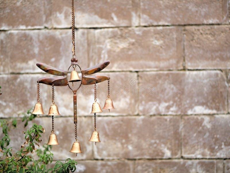 Carillón de viento de la libélula de la decoración del jardín con Belces de bronce de oro imágenes de archivo libres de regalías