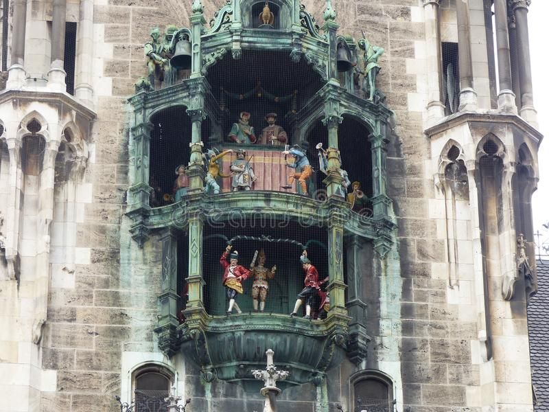 Carillón del Glockenspiel en el nuevo ayuntamiento en Marienplatz de Munich alemania foto de archivo libre de regalías
