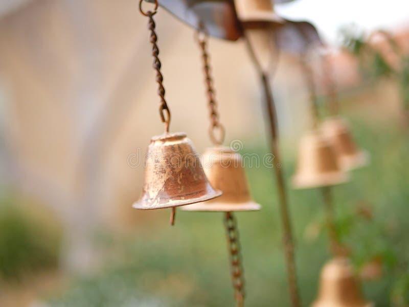 Carillon de vent de décor de jardin avec Bells en bronze d'or photographie stock
