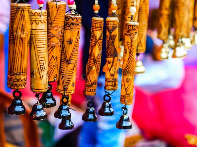 Carillon de vent suspendu avec l'illustration de découpage en bois fabriquée à la main sur le bambou Fond texturisé illustration  photographie stock libre de droits