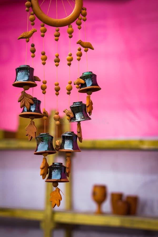 Carillon de vent de terre à l'arrière-plan rose instrument de musique naturel photos stock