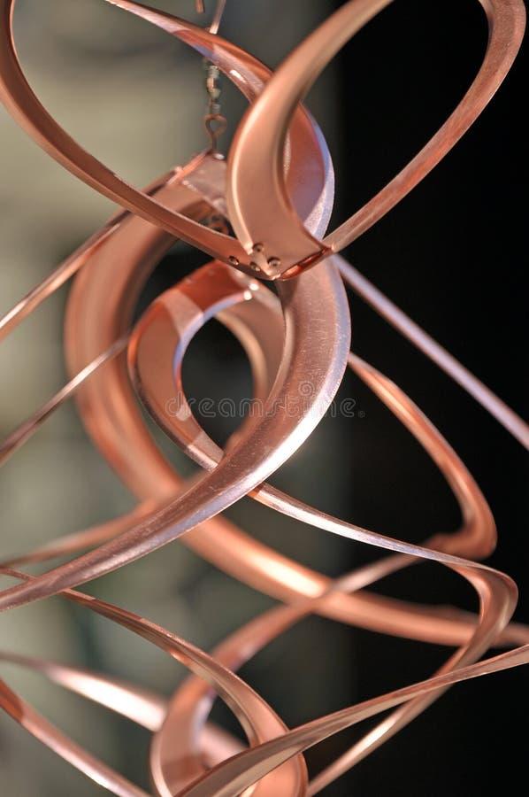 Carillon di vento di rame brillante metallico congelato a tempo immagini stock