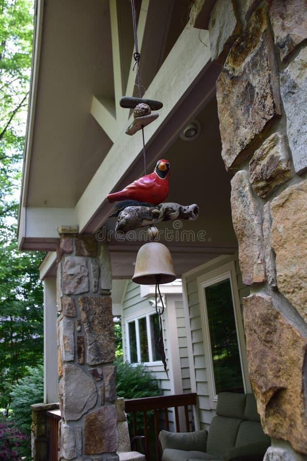 Carillon di vento rosso dell'uccello immagine stock