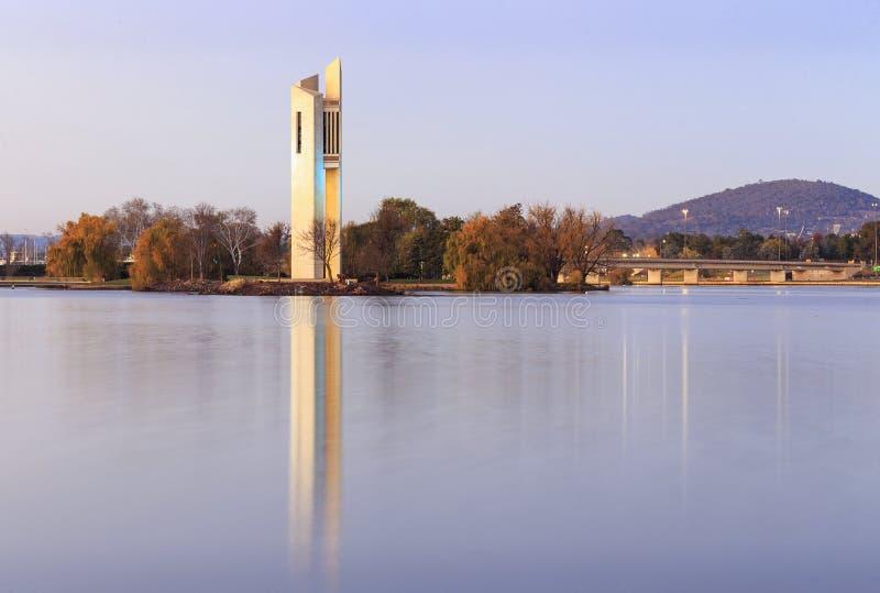 Carillon sur le griffon de burley de lac à Canberra, Australie image stock
