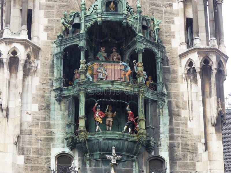 Carillon van Glockenspiel in het nieuwe stadhuis in Marienplatz van München duitsland royalty-vrije stock foto