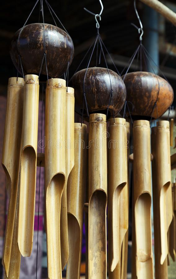 Carillones de viento de bambú imagen de archivo