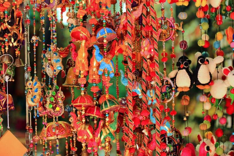 Carillones de viento coloridos en la calle árabe, Singapur imágenes de archivo libres de regalías